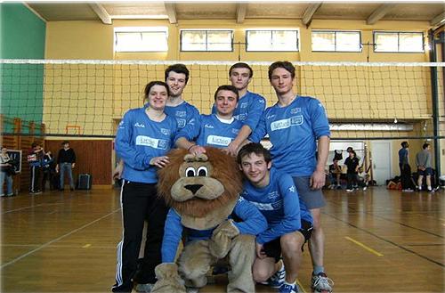 L'équipe lyonnaise de Volley-ball et la Mascotte de l'AE Lyon