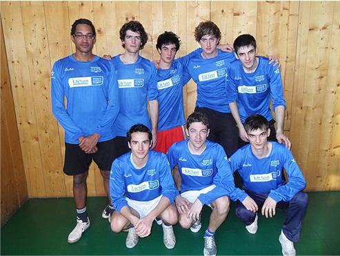 L'équipe lyonnaise de Volley-ball et la Mascotte de l'IAE Lyon